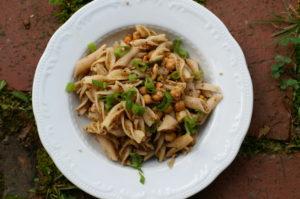Nudelsalat mit Kichererbsen und Sesam