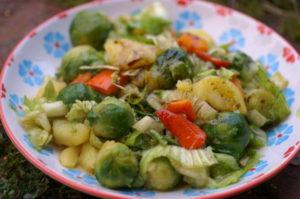 Kartoffelsalat mit Endivien, Kürbis und Kohlsprossen