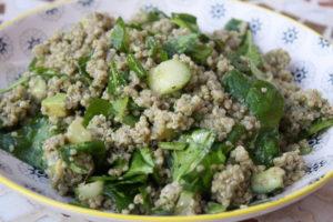 grüner Quinoasalat mit Gurke, Spinat und Avocado