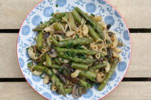 Spargel-Pilz-Gemüse mit Hörnchen
