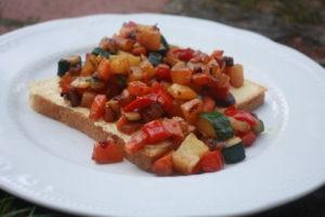 Hummus-Röstgemüse Toast
