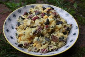 cremiger Kartoffelsalat mit Roten Bohnen und Kürbiskernen