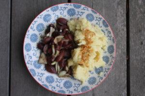 Püree mit Käferbohnensalat