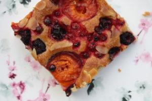 heller Marillen-Beerenmix-Kuchen