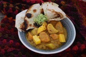 Kartoffel-Süßkartoffel-Curry mit Mango, Guakamole und Fladenbrot