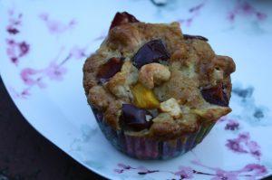 Zwetschken-Muffins mit Pfirsichen und Äpfeln