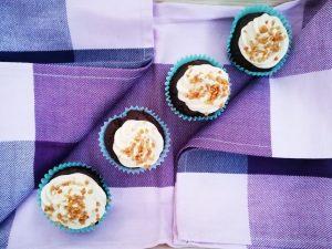 Bananen-Schoko-Muffins mit cremigem Bananentopping