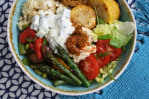 mediterrane Gemüsebowl mit Couscous