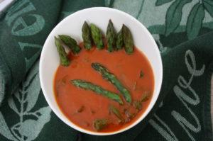 Tomatensuppe mit grünem Spargel