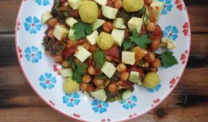 Spinat-Shakshuka mit Avocado und Curry-Hummus-Bällchen