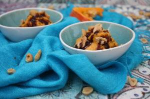 Kürbis-Erdnuss-Eis mit Schokosauce