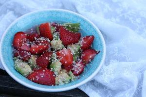 Erdbeer-Avocado-Salat mit Hanfsamen
