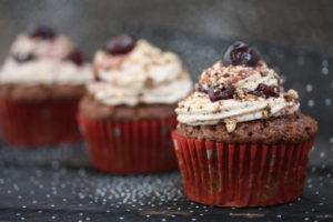 Lebkuchen-Muffins gefüllt mit Zimt-Kirschen und Vanillecreme