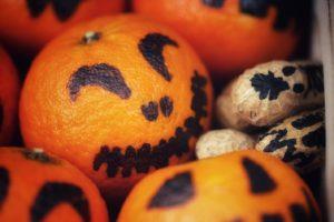 Mandarinen-Kürbisse für Halloween